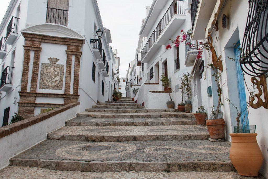 Frigiliana: una delle città bianche dell'Andalusia. La foto mostra una delle vie della città, con edifici esclusivamente di colore bianco.
