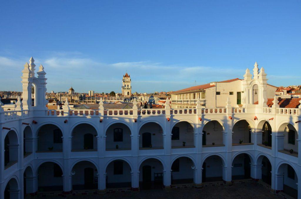 lo scatto cattura una veduta panoramica da uno dei punti più alti del Monastero di San Felipe Neri di Sucre. L'immagine mostra la prevalenza del colore bianco sia nel monumento che nelle architetture circostanti.