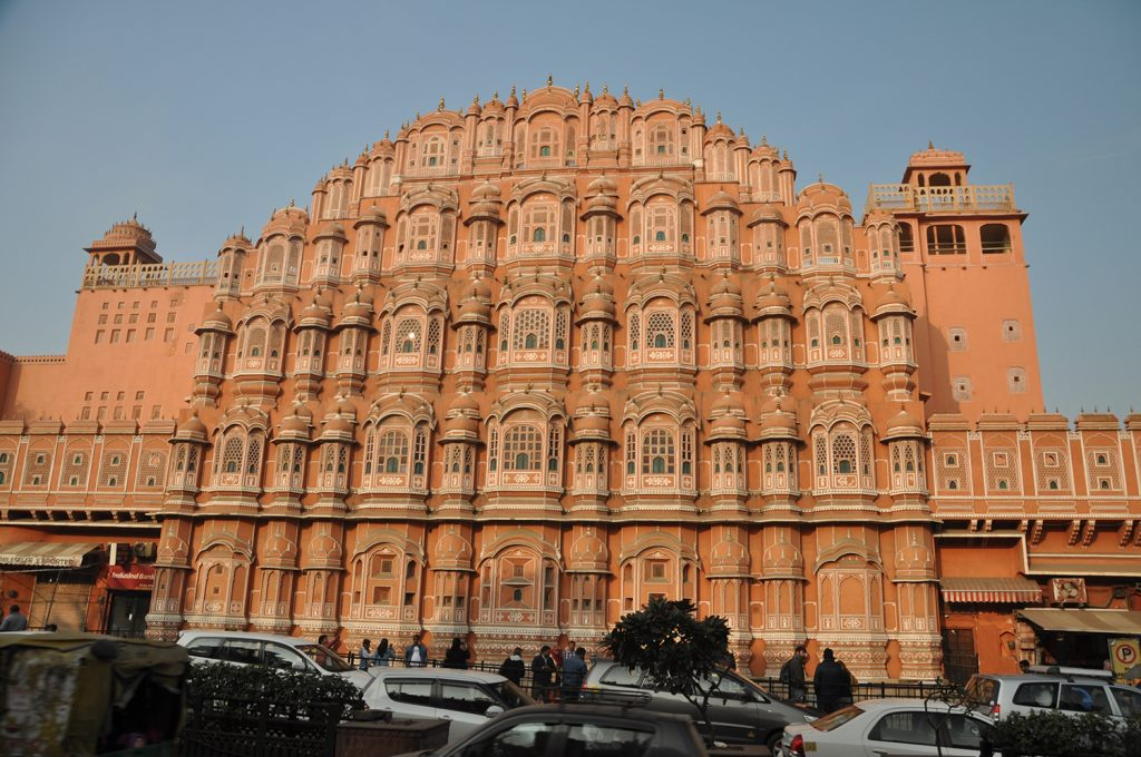 l'immagine ritrae il Palazzo dei Venti di Jaipur, denominato Hawa Mahal, esaltandone il colore rosa che lo caratterizza.