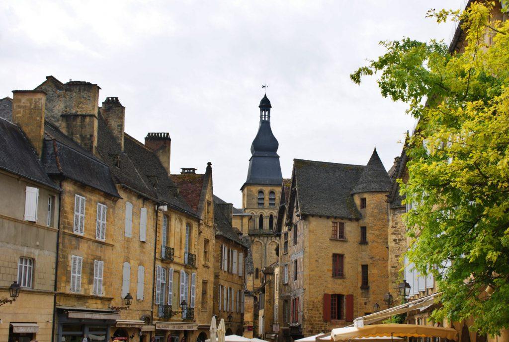 l'immagine cattura una veduta del centro di Sarlat - la - Caneda, la città francese dal caratteristico color miele.