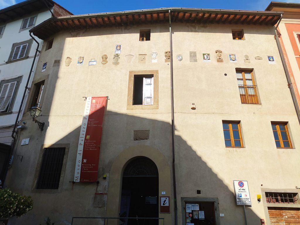 l'immagine cattura il prospetto del Palazzo Pretorio del borgo medievale di Peccioli, con i 19 caratteristici stemmi e sede del Museo di icone russe.