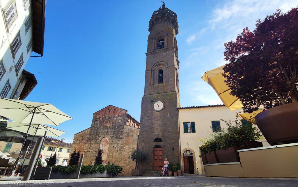 la foto è scattata nel centro storico del borgo medievale di Peccioli e ritrae la facciata principale della Pieve di San Verano con il rimaneggiato campanile in netto contrasto col corpo della chiesa.