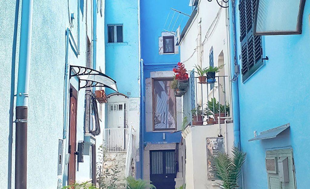 l'immagine ritrae un vicolo della città di Casamassima, in Puglia, dove le abitazioni hanno il caratteristico color azzurro, unico caso in tutta Italia