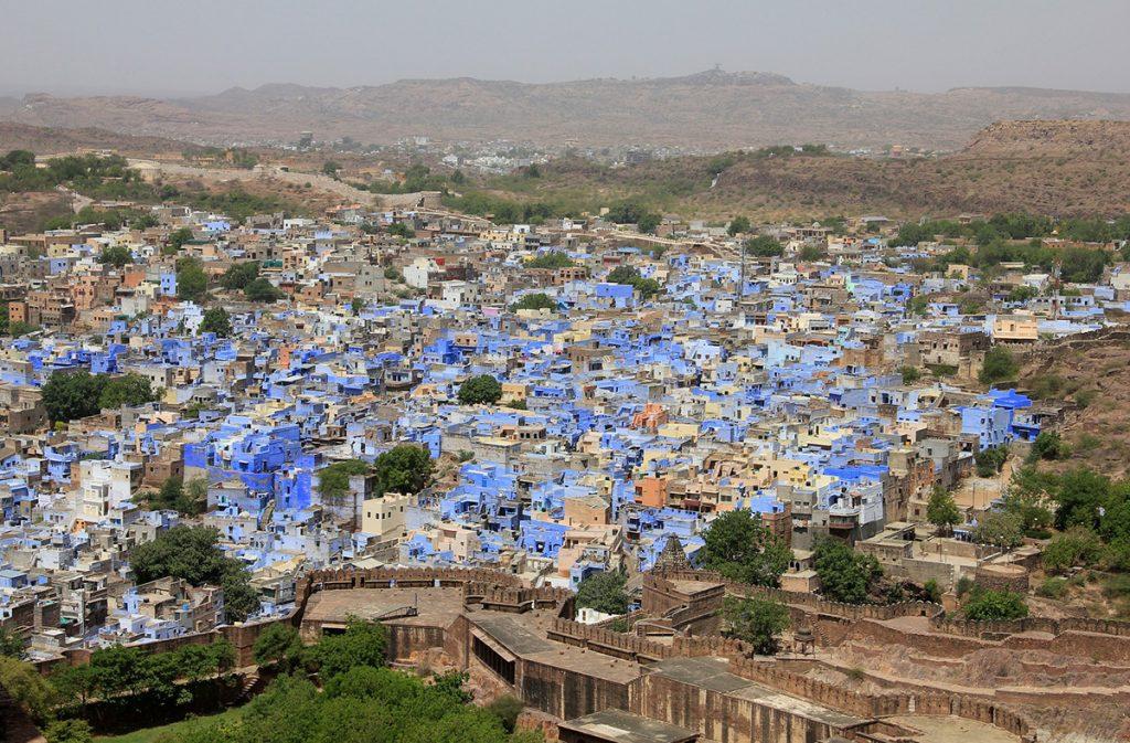 l'immagina ritrae una panoramica della città di Jodhpur, in India, dove spicca il colore azzurro delle loro abitazioni.