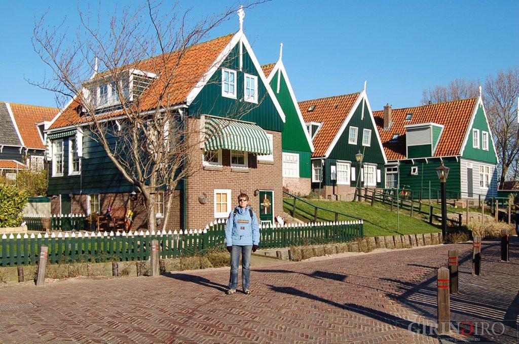 l'immagine cattura uno scorcio della città di Merken, una città dei Paesi Bassi dal caratteristico color verde