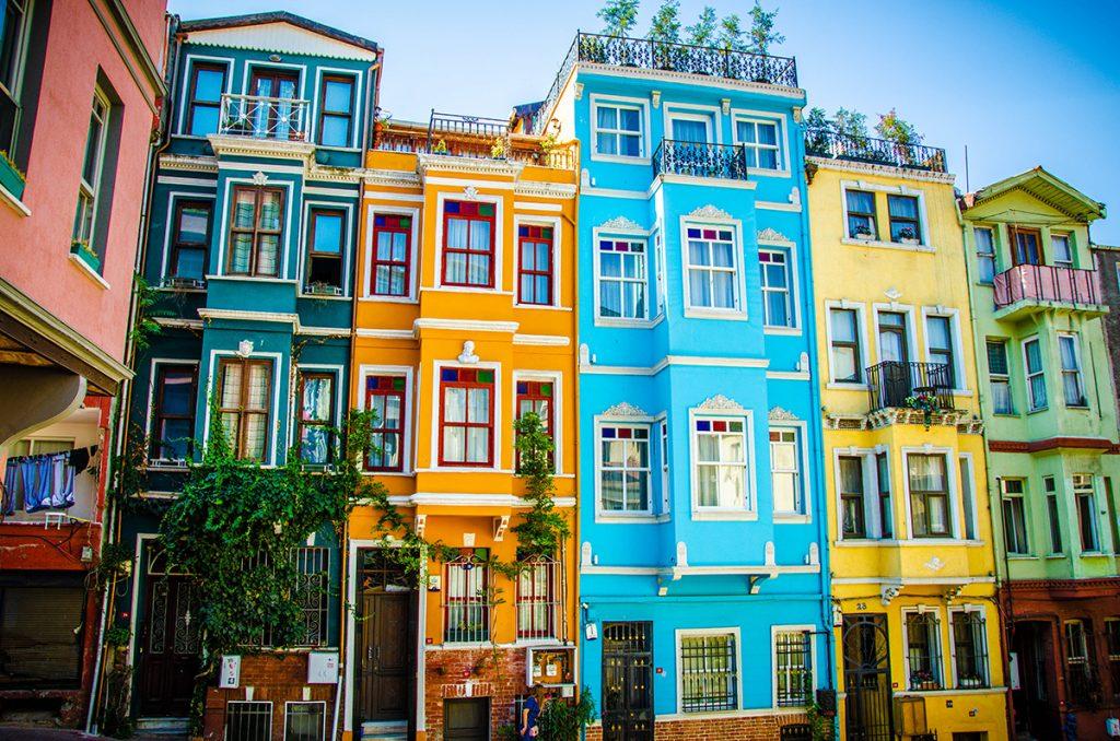 l'immagine ritrae uno dei quartieri di Istanbul, dove le abitazioni sono caratterizzate da prospetti dai colori vivaci