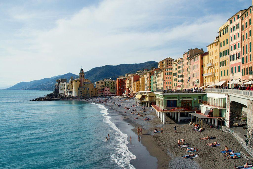 l'immagine ritrae la spiaggia di Camogli con la Palazzata multicolor, tipica degli antichi borghi liguri